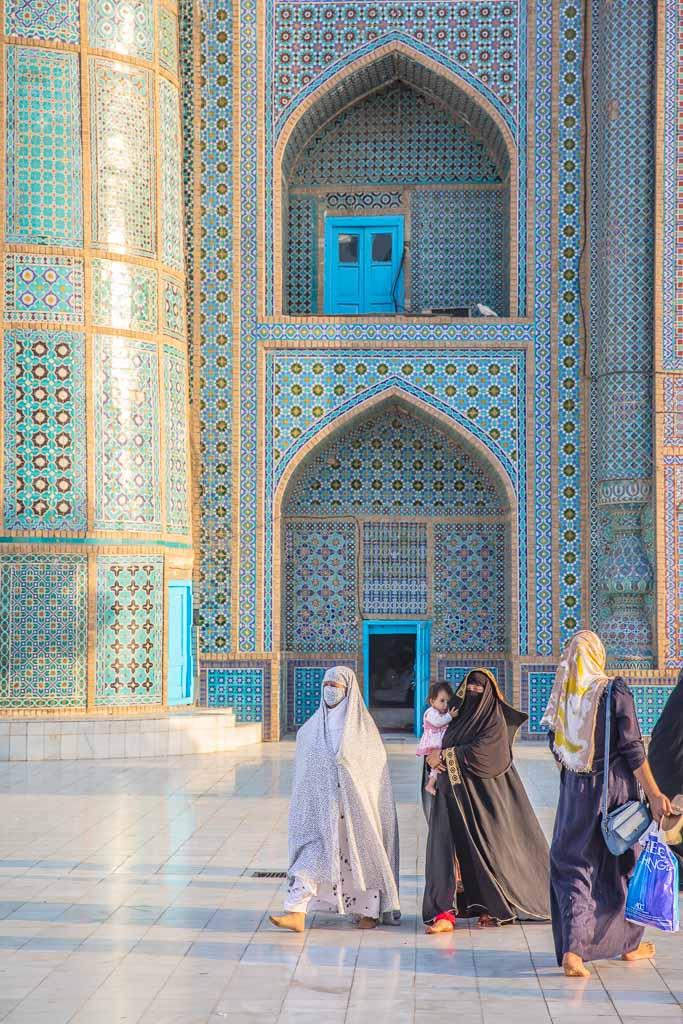 burqa, woman travel Afghanistan, Afghanistan, Mazar, Mazar e Sharif, Mazar i Sharif, Balkh, Blue Mosque, Mosque, Shrine of Hazrat Ali, Hazrat Ali