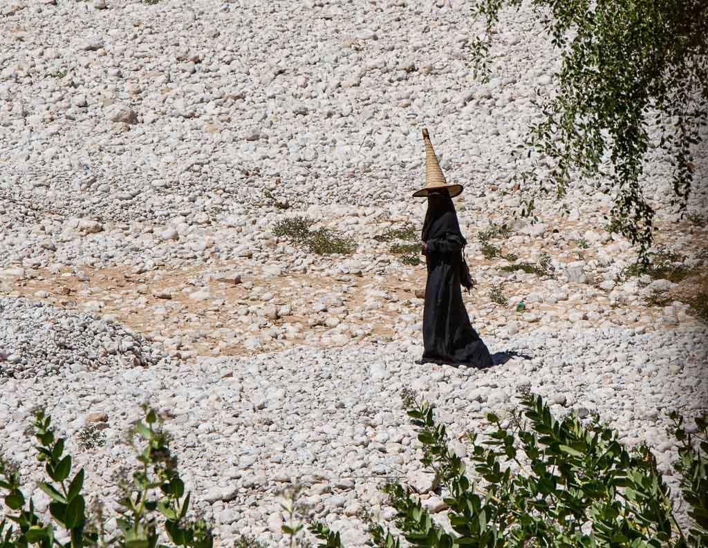 Wadi Doan, Wadi Hadhramaut, Hadhramaut, Yemen, Hufah, madhalla, woman in madhalla, Yemeni witch hat
